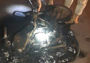 Motocicleta colide com picape e pega fogo em ponte de Ferreira Gomes