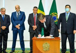 Após articulação de Davi, Bolsonaro reajusta salários de PMs e bombeiros dos ex-territórios