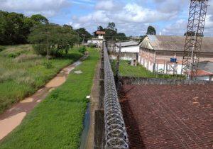 Detentos aproveitam 'ponto cego' na muralha e fogem do Iapen