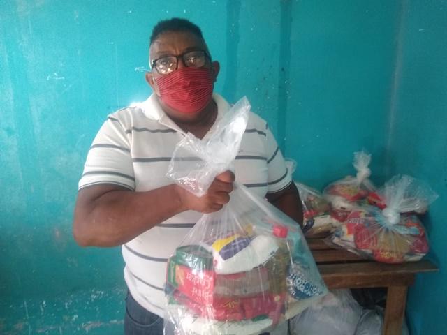 """""""Muita gente ainda precisa de ajuda"""", diz líder comunitário que arrecada alimentos"""