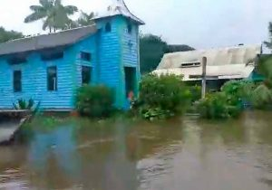 Rio Oiapoque transborda e invade vila na fronteira com a Guiana