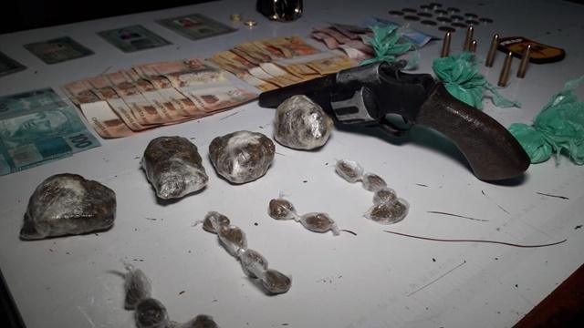 Com arma e drogas, traficantes e foragido são presos pelo Bope