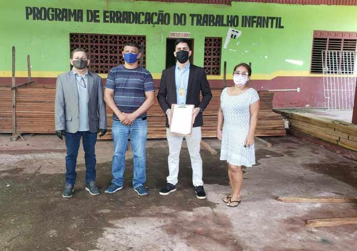 Policiais e MP doam madeira e carvão apreendidos em Porto Grande