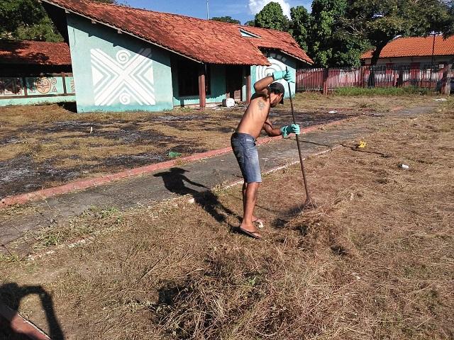 Moradores de rua limpam UNA