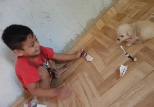 Menino autista ganha poodle no aniversário e volta a sorrir