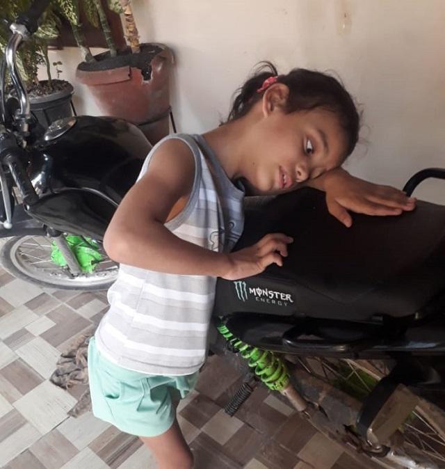 Mãe faz rifa para que criança surda não fique paralítica