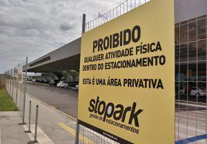 Empresa proíbe atividades físicas no estacionamento do aeroporto