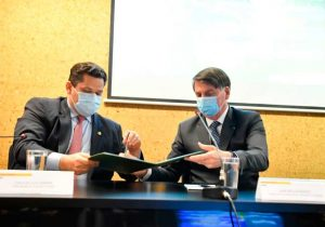 Davi e Bolsonaro assinam ato que contempla Bailique com R$ 100 milhões para energia limpa