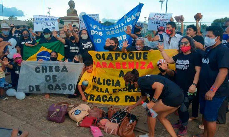 Em Oiapoque, mulheres usam bolsas femininas para relembrar operação da PF