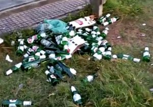 Após noitada, canteiro central da orla amanhece repleto de garrafas de cerveja