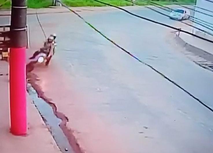 Em moto, casal se choca contra poste