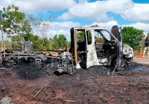 Botijões explodem e incêndio destrói caminhão do Dnit