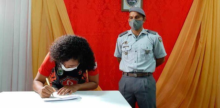 Policial chora ao ver aluna assinar contrato para lutar nos Estados Unidos