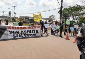 'Sem asfalto, sem voto', avisam moradores ao fechar Duca Serra