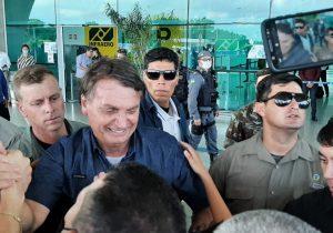 No 19º dia no escuro, apoiadores ovacionam Bolsonaro no Amapá