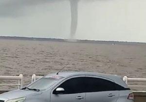 Após pandemia, apagão e tempestade, até tromba d'água assusta em Macapá