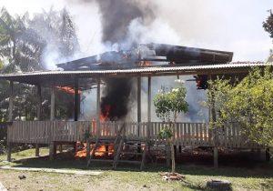 Casa é destruída por fogo após energia retornar