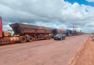 No Amapá, caminhões com minério de ferro esperam dias para embarcar