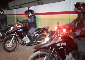Suspeitos de roubo caem de moto durante perseguição policial