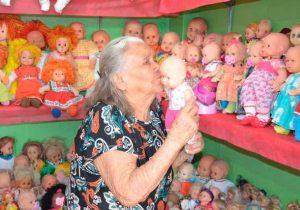 Aos 106 anos, morre a 'rainha das bonecas'