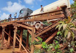 Ponte quebra com peso de caminhão-tanque e isola Oiapoque