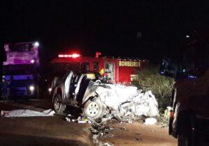 Colisão entre caminhão e picape deixa um morto e um ferido