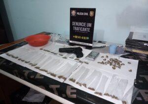 DTE flagra homem com simulacro embalando drogas tranquilamente dentro de casa
