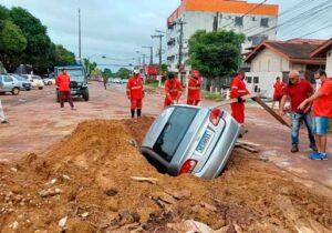 Em Macapá, carro cai dentro de obra da prefeitura