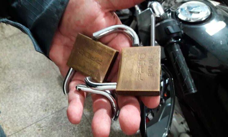 Após quebrar cadeados, ladrões são surpreendidos pela polícia
