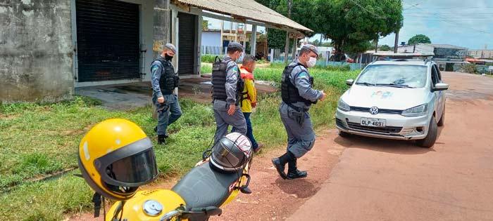 Após disparada, mototaxista é interceptado e preso por tráfico