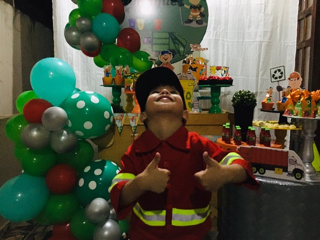 Garoto realiza sonho e ganha festa com tema de garis