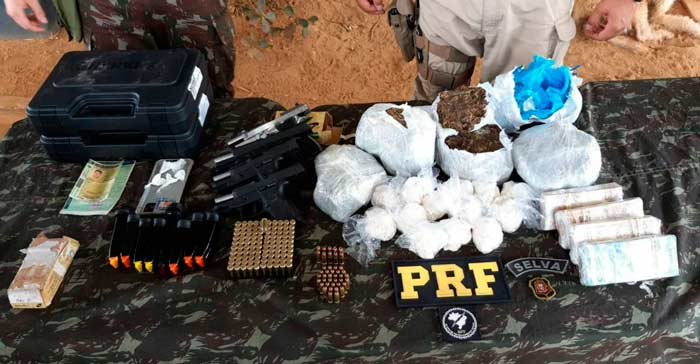 Picape de transporte alternativo levava armas, dinheiro e drogas para a fronteira