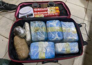 Cheiro de 18,5 kg de drogas exala e traficantes são descobertos