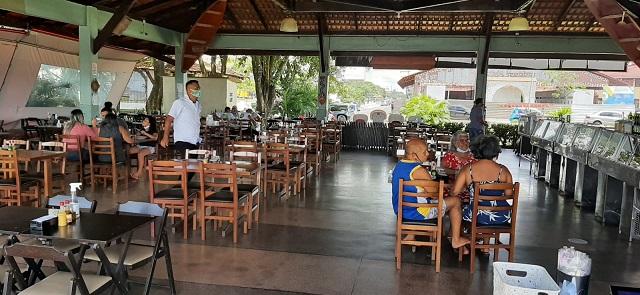 Funcionários de restaurantes comemoram retorno ao trabalho