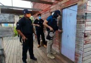 Procurado acorda com a polícia na porta