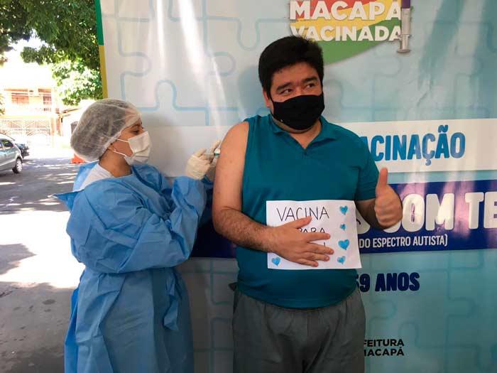 """""""Viva a inclusão"""", celebra autista ao ser vacinado contra a covid-19"""