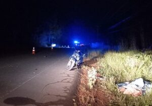 Motociclista morre após invadir a contramão e colidir com carro