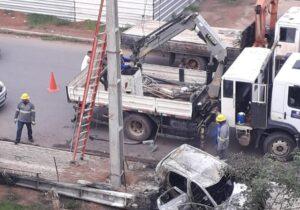 Carro incendeia ao colidir com poste