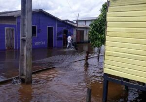 Randolfe pede mais vacinas e ajuda a afetados por cheias no Amapá