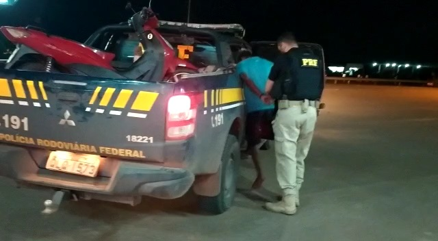 Moto roubada dá pane na fuga e assaltante é preso