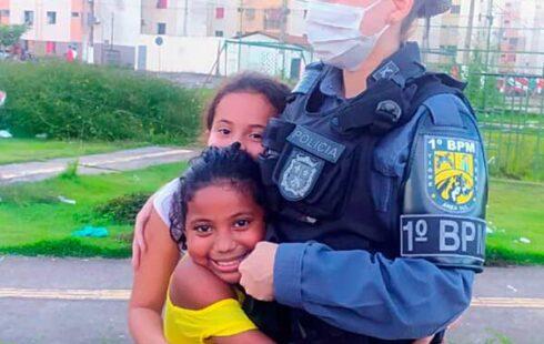 Policial se emociona com abraços durante operação