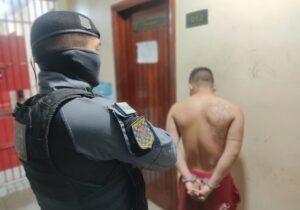 De tornozeleira eletrônica e drogas no bolso, detento cruza com a Força Tática