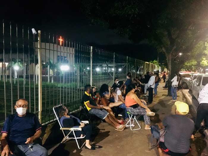 Em Macapá, idosos passam madrugada na fila para garantir 2ª dose em atraso