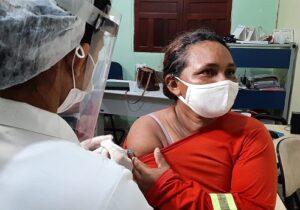 """""""Fomos lembrados"""", celebra gari ao ser vacinada contra covid-19 em Macapá"""