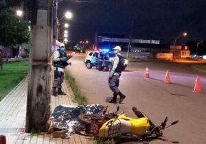 Motociclista tem morte instantânea ao se chocar contra poste