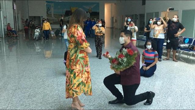 """""""Sim"""": o surpreendente pedido de casamento no aeroporto de Macapá"""