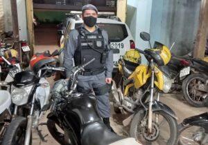 PM descobre esconderijo de quadrilha e motos roubadas
