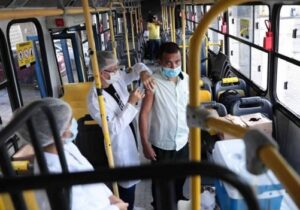 Motoristas e cobradores de ônibus começam a ser vacinados contra covid em Macapá