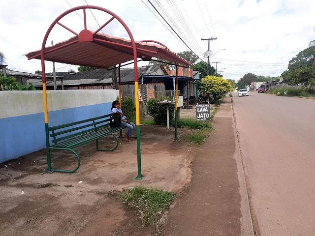 Com frota reduzida, usuários passam horas no ponto de ônibus