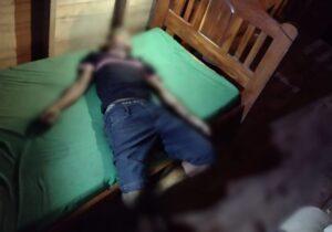 Após denunciante relatar tiros, PM encontra homem morto em cima de cama
